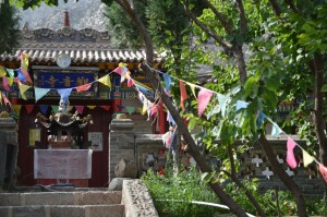 One of the many temples in the hills of 滚钟口